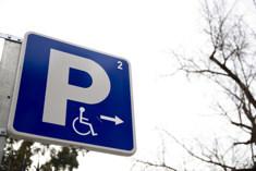 Botella prohíbe a los minusválidos entrar con su coche en el Retiro retiro3